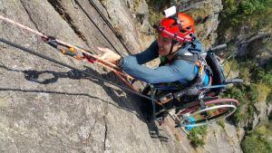 Скалолаз в инвалидном кресле поднялся на вершину 500 метровой скалы
