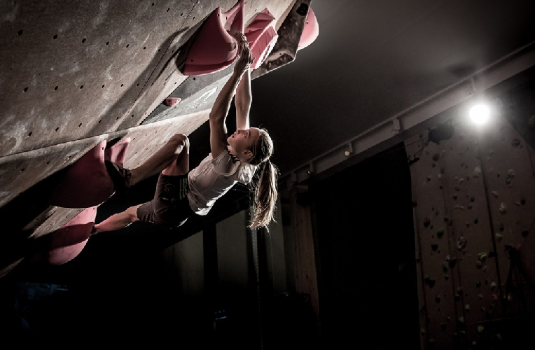Янья Гарнбрет (Janja Garnbret) На контесте La Sportiva Legends Only. Фото Lars Lindwall