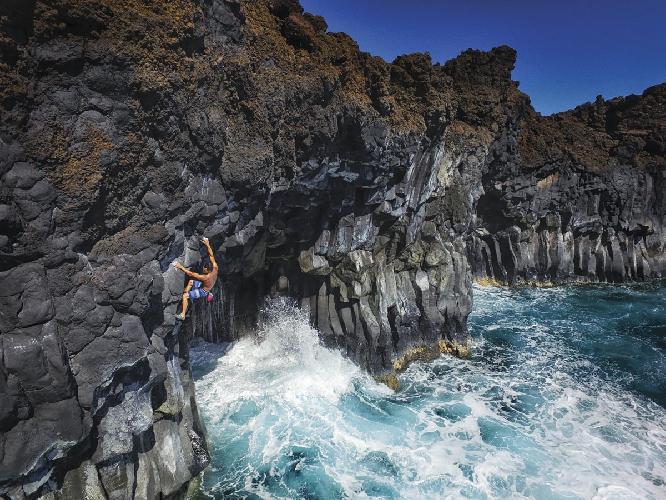 В логове тигровых акул. Скалолаз из Оаху (остров на Гавайях) Мэтт Лютни (Matt Lutney) пробует пройти маршрут DWS (deep water soloing) над водами залива La Perouse Bay, к югу от города Уэйлея на острове Мауи. У этого залива ерет свое начало знаменитая королевская дорога, соединяющей все части острова. На этом побережье бесчисленное множество DWS маршрутов, впрочем как и тигровых акул в водах. Photo: Anthony Wrightsman
