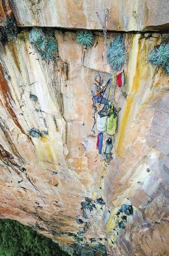 """Луи Киснерос (Luis Cisneros) на девятой веревке в первом прохождении маршрута """"Gravity Inversion"""" (5.12d, 2,000 feet) на скале Акопан Тепуи (Acopan Tepui, Венесуэла. Photo: Blake McCord."""