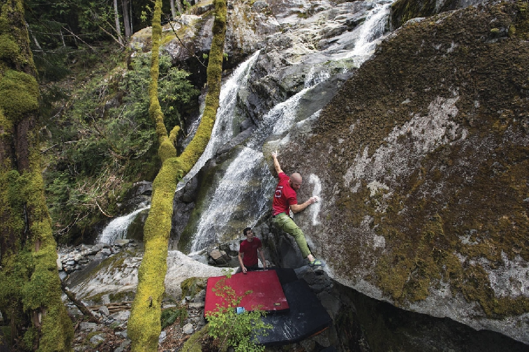 """Крис Шальте (Chris Schulte) на проблеме """"Warhorse2 (V7), Morpheus Boulders, Вашингтон. Драматическая линия в 4,5 метра высотой имеет довольно сложный выход на ТОП, а ошибка этого выхода может стоить клаймеру падение на скальную плиту с последующим сваливанием в водопад ниже. Photo: Truc Nguyen Allen."""
