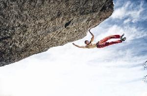 Александр Мегос на маршруте Spectre (V13), Buttermilk Boulders, Bishop, Калифорния. Это фото было обложкой журнала Rock and Ice № 231 (за январь 2016). Photo: Ken Etzel.