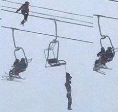 Слэклайнер спас жизнь человека, повисшего на кресле горнолыжного подъемника