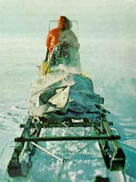 Моторизованный тобогган буксирует людей и снаряжение от горы к гору. «Без этого, — говорит Клинч, — на шесть пиков нам бы никогда не взобраться». В свете антарктической ночи Корбет отправляется проверить команду, восходящую на Лонг Гэйблс (Long Gables). Kodachrom by Nicholas B. Clinch ©N. G. S.