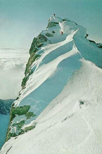Зефирная верхушка Остенсо (Ostenso). Красные парки альпинистов кажутся вишенками на мороженом. Kodachrom by Samuel C. Silverstein ©N. G. S.