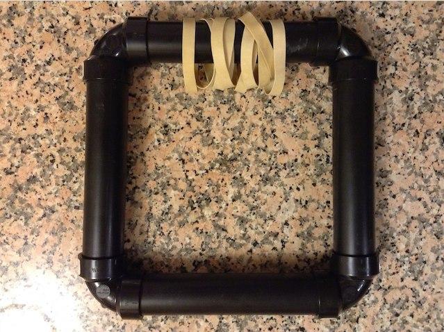 Используя уголки, сделайте из трубок квадрат, так что резинки будут свободно болтаться.
