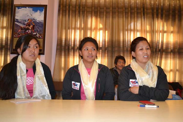 Лхаму Пасанг Шерпа (Pasang Lhamu Sherpa),Йангзум Дава Шерпа (Dawa Yangzum Sherpa),Майя Шерпа (Maya Sherpa)  на прессконференции в Катманду