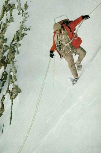 Линия жизни удерживает Джона Эванса, спускающегося с почти вертикального склона. В левой руке он держит жумар, металлический зажим, который позволяет медленно скользить вниз. Теряя устойчивость, он фиксирует зажим, захватывающий веревку и удерживающий Джона от падения. Kodachrom by Eiichi Fukushima ©N. G. S.
