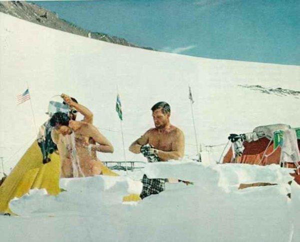 Большое мужество — принимать ванну в условиях Антарктики. В безветренную погоду, когда яркое солнце отражается от снега, Уолстром, Сильверстейн и Эванс поливают друг друга теплой водой из растопленного снега. Стоя на водонепроницаемом матрасе, намылиться, смыть, вытереться, — очень, очень быстро. Kodachrom by Charles Hollister ©N. G. S.
