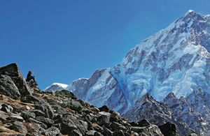 Первая потеря команды Алекса Тикона на Эвересте: от высотной болезни погиб непальский офицер связи