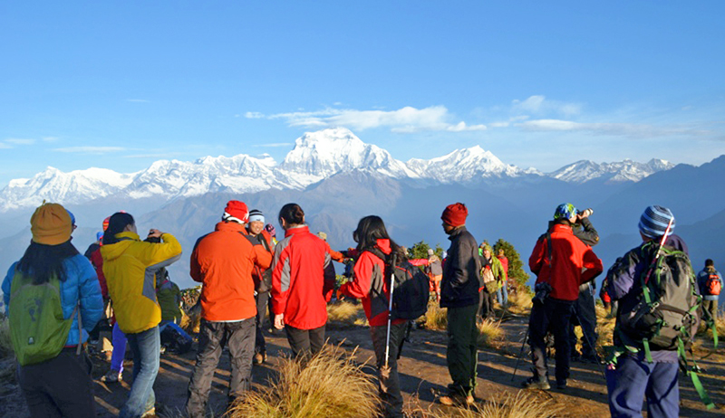вид на Гималаи с туристической точки Пун Хилл над деревней Горепани в регионе Мьягди