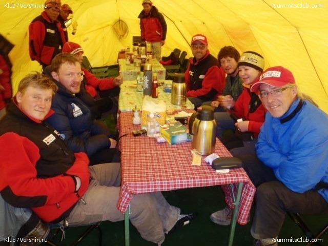 Стив Берри  - крайний с права в дружном международном кругу Эверестовской экспедиции