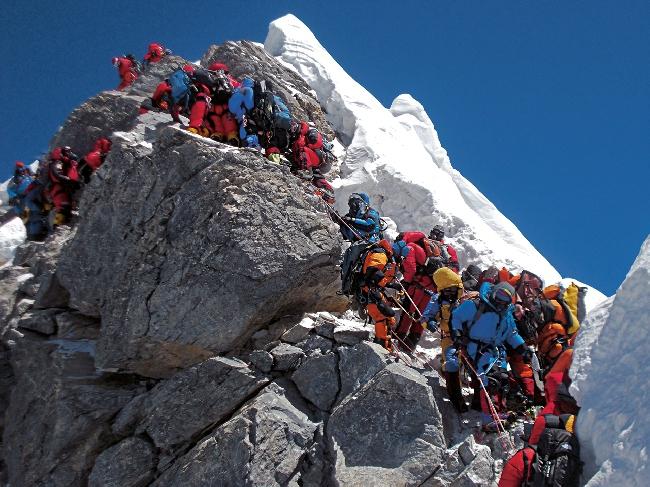 19 мая 2012: проход через Ступень Хиллари, узкому, 12-и метровому скальному участку, чуть ниже вершины Эвереста. В этой очереди своего прохода альпинисты ожидали более 2-х часов! В этот день на вершину Эвереста взошли 234 человека и четыре человека погибли