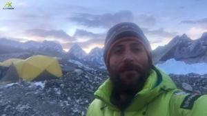 Зимой на Эверест: Алекс Тикон спускается в базовый лагерь