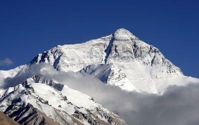 Эверест 2017 года. Самые необычные планы альпинистов на высочайшей вершине мира