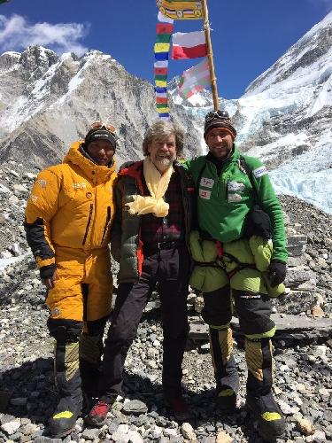 Нури Шерпа (Nuri Sherpa), Райнхольд Месснер (Reinhold Messner), Алекс Тикон (Alex Txikon) в базовом лагере Эвереста, 6 марта 2017 года