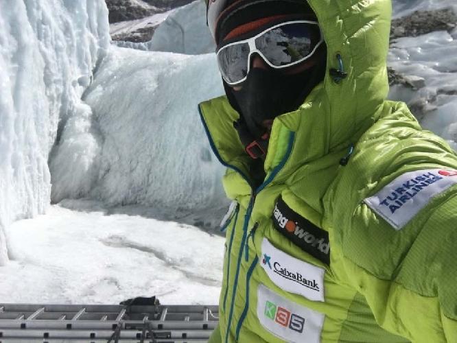 Алекс Тикон у ледопада Кхумбу. 25 февраля 2017