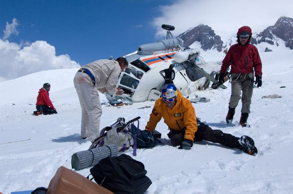 На фото: 2008 год. Плато Кюкюртлю. Высота 4900 м. Борт МЧС при попытки высадки бэйс-джамперов зацепил рельеф и рухнул на бок. В этой машине находился президент ФАР А. Волков.