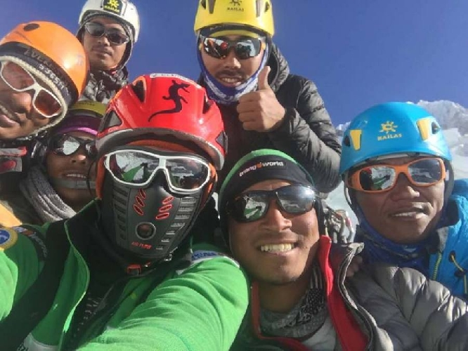 Алекс Тикон (Alex Txikon) с командой непальских шерп у Эвереста, март 2017 года