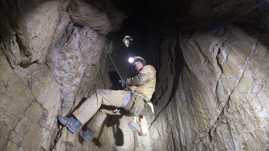 в пещере имени Александра Верёвкина (пещера Верёвкина), р-н Треугольник, массив Арабика, Абхазия.