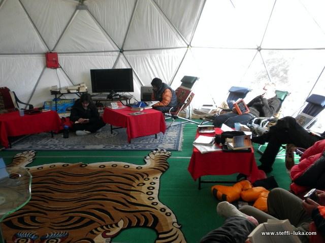 Внутри Базового лагеря экспедиции Рассела Брайса Himalayan Experience у Эвереста