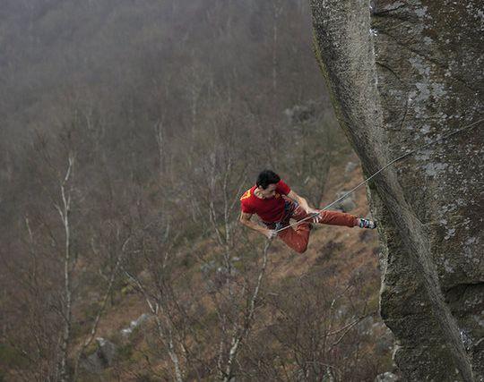 Микеле Каменати (Michele Caminati) на маршруте Elder Statesman на скалах Curbar Edge