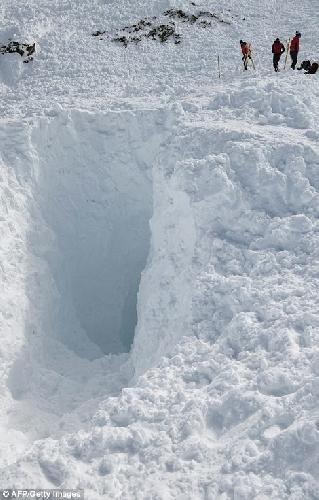 Ужасающие фотографии показали огромную пропасть, оставленную в снегу смертоносным лавиной длиной в 700 метров