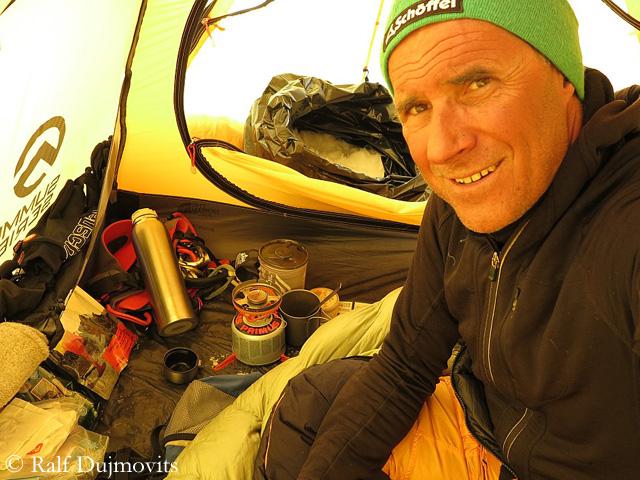 Ральф Дужмовиц (Ralf Dujmovits) в одном из высотных лагерей на Эвересте в 2012 году