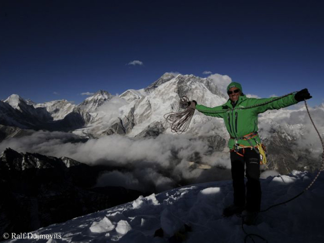 Ральф Дажмовиц (Ralf Dujmovits) у Эвереста в 2012 году