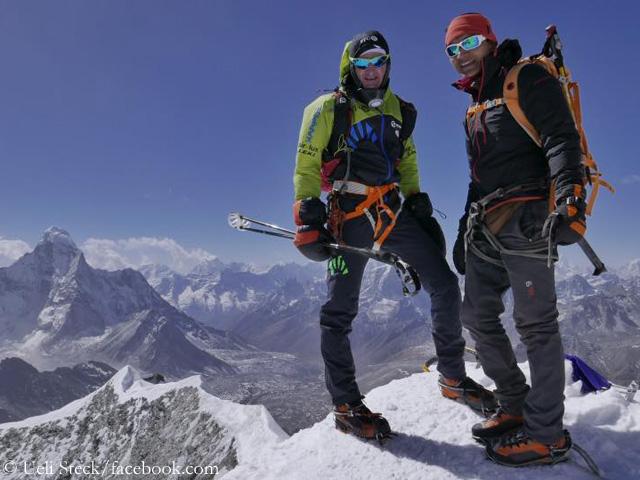 Ули Штек (Ueli Steck) и Тенжи Шерпа (Tenji Sherpa) в акклиматизационном восхождении на Айленд-Пик