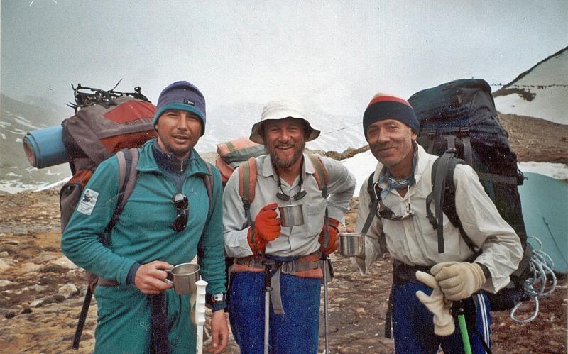 Игорь Свергун, Алексей Боков, Сергей Бершов после спуска с Шиша-Пангмы (1997)
