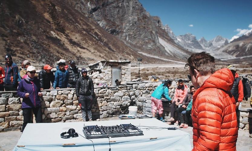 Пол Окенфолд в деревне Пхериче на пути к базовому лагерю Эвереста