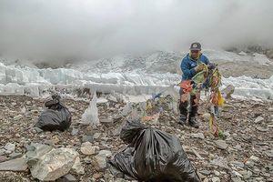 Альпинисты сообщают: Эверест как никогда ранее завален мусором!