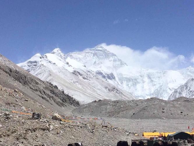 вид на Эверест из базового лагеря с Северной стороны