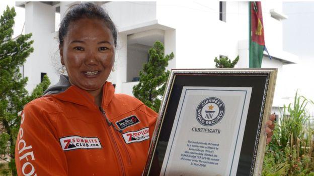 Лакпа Шерпа (Lhakpa Sherpa) во время награждения сертификатом Книги  рекордов Гиннеса в мае 2016 года. Фото BBC News