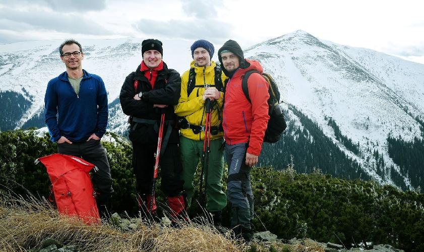 Хуберт (ліворуч) та працівники компанії Gorgany на вершині гори Середня під час мандрівки у Карпати