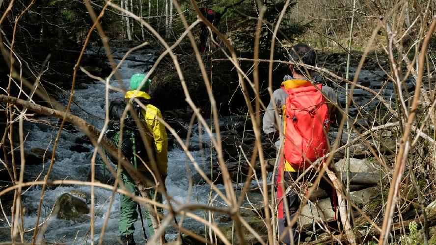 Червоний рюкзак EXPED на спині у Хуберта під час мандрівки у Карпати. Фото: Маріан Стрільців