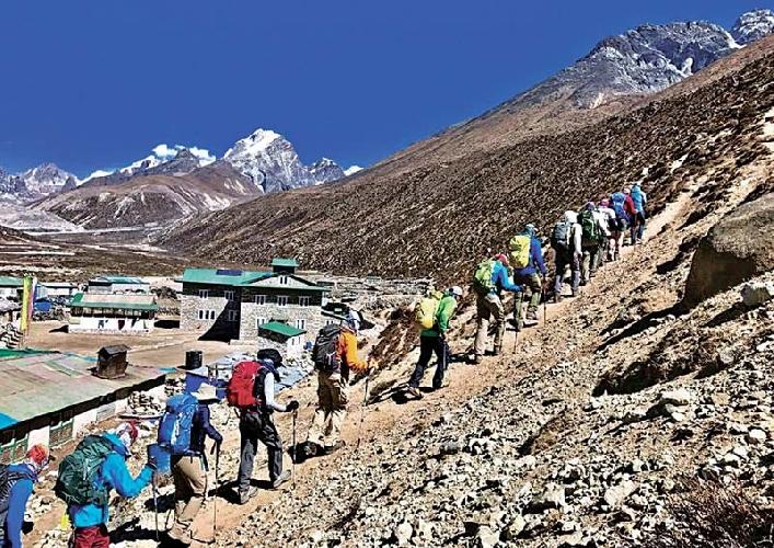 Альпинисты на пути к базовому лагерю Эвереста