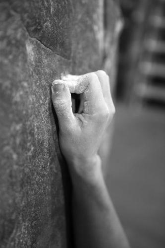 Плохо. Активный, закрытый хват, ведущий к перерастяжению последнего сустава пальца, создает максимальное напряжение и должен быть использовать только если необходимо.