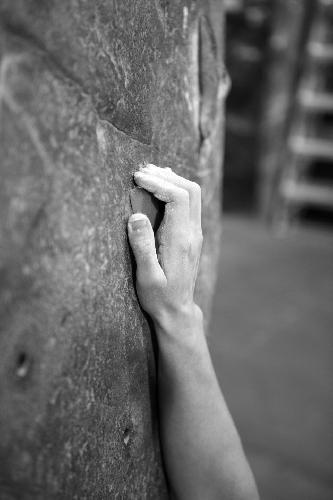 Хорошо. Раскрытый хват дает минимальное напряжение на суставы и связки и является отличным универсальным хватом. Некоторые очень мелкие зацепки приходится удерживать активным хватом, но используйте открытый, где только возможно.