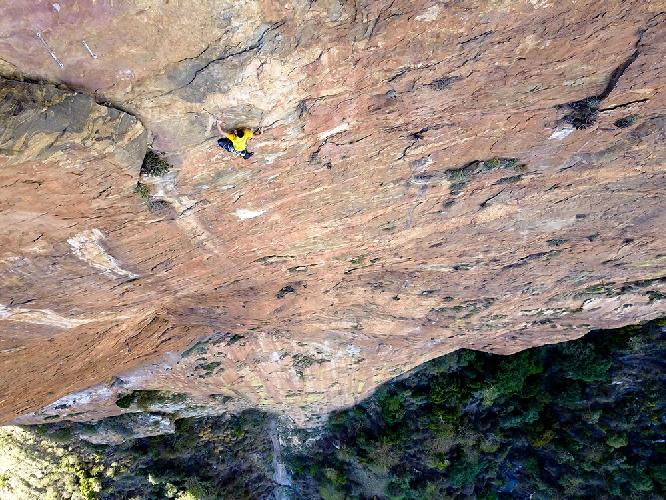 Алекс Хоннольд (Alex Honnold) в восхождении на 600 метровую скалу Пой