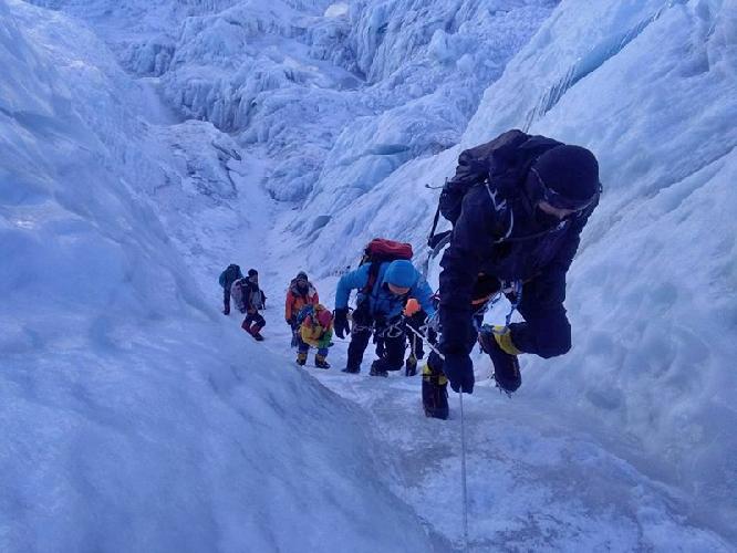 Прохождение ледопада Кхумбу на Эвересте