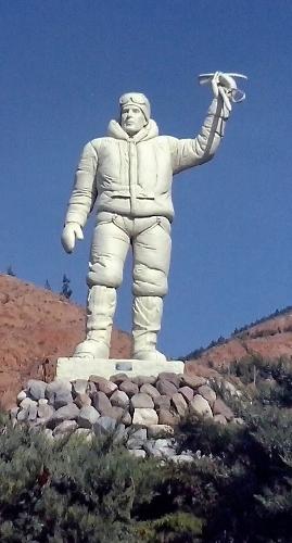 Статуя Азима Гайчисаза в Эйнали близ Тебриза