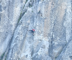 """После небольшого отдыха Алекс принялся за ключевой участок всего маршрута - """"The Boulder Problem"""" - считающейся ключом всей линии, не смотря на то, что по длине это лишь один шаг по мизерам. Этот участок оценивается сложностью 7с (17 веревка — трудность заключается в выполнении перехвата на откидной клюв, который частично был отломан в 2008 году). Обратите внимание, рядом с Алексом видны две камеры, однако они управлялись дистанционно, поэтому никаой помощи от фотографов он получить не смог бы, или же наоборот, никакого вреда от фотографов тоже не было, Алекс не отвлекался на посторонних людей"""