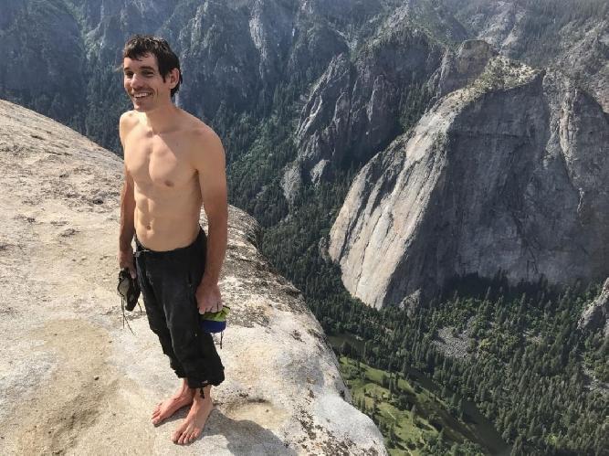 """Алекс Хоннольд (Alex Honnold) на вершине маршрута """"Freerider"""", что расположен на Эль-Капитане (Йосемити, США)"""