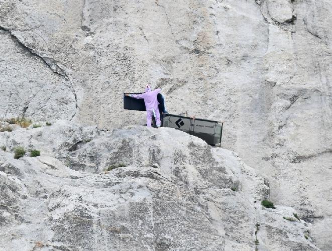 На этом кадре нет Алекса, он ушел выше бивака, а на фото был пойман скалолаз в спальном-костюме цыпленка! Довольно необычное зрелище на скалах.