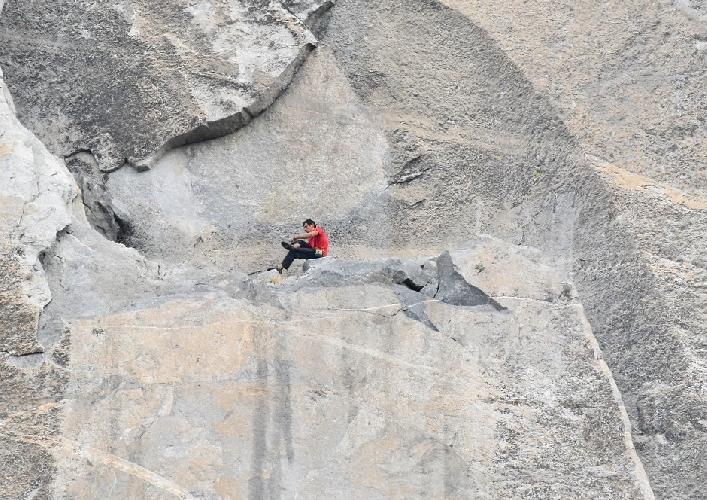 """На вершине """"Hollow Flake"""" он остановился, чтобы снять обувь и растереть ноги перед продолжением восхождения по трём дальнейшим участкам к началу еще более трудного «Monster Crack»."""