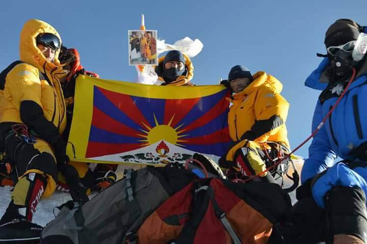 факт размещения на вершине Эвереста фотографии Далай-ламы и флага свободного Тибет
