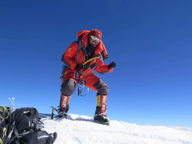 Мингма Галйе Шерпа (Mingma Gyalje Sherpa)  танцует на вершине восьмитысячника Нанагапарбат (Nanga Parbat, 8126 м)