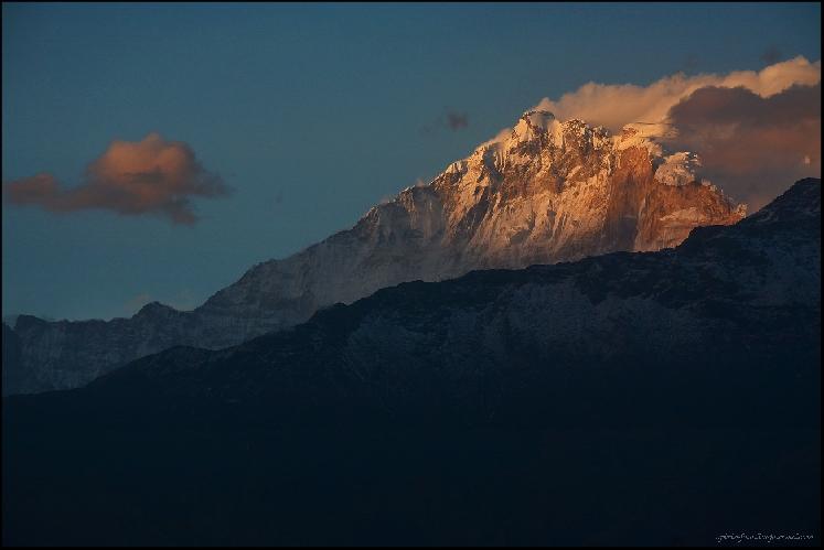 Аннапурна Фанг (Annapurna Fang, 7647 м), закатный вид из Горепани, прямо с крыши лоджа.